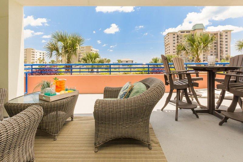 Contrairement à la plupart des condos du complexe Ocean Walk, cette unité dispose d'un balcon étendu.