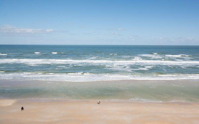 Une vue imprenable sur la plage sans voiture.