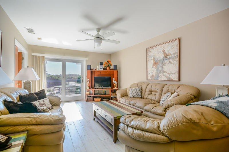 Wohnzimmer mit Ledercouch, Liebessitz und gemütlichem Stuhl, Flachbild-HDTV, DVD und Stereo / CD-Player.