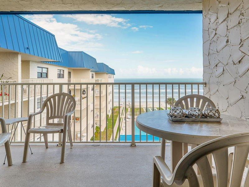 Disfrute de su taza de café de la mañana desde el balcón privado con vista al mar.