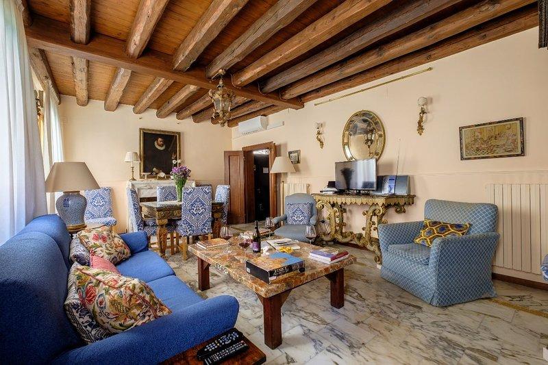 Casa dell'Albero - House with canal view and terrace, casa vacanza a Venezia