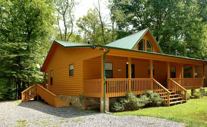 Rivendell Creekside Cabin - 3 Bedrooms, 2 Baths, Sleeps 6, holiday rental in Hartford
