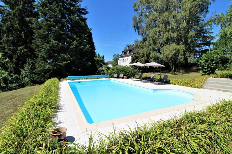 Luxury 2 Bed Gite, Adults Only, Large Pool, Village Location, Mialet, Dordogne, casa vacanza a Saint-Saud-Lacoussiere