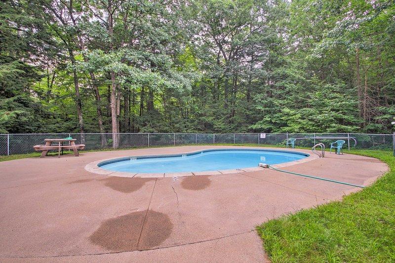 ¡Date un chapuzón en la hermosa piscina comunitaria rodeada de árboles vibrantes!