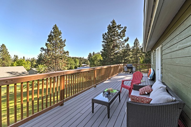 Bigfork Home w/Deck & Fire Pit - Walk to Lake, holiday rental in Woods Bay