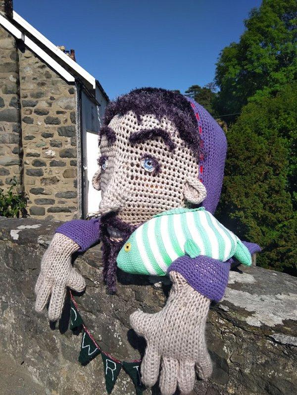 Yarn Bombing en Llwyngwril, nuestro gigante amigo Gwril
