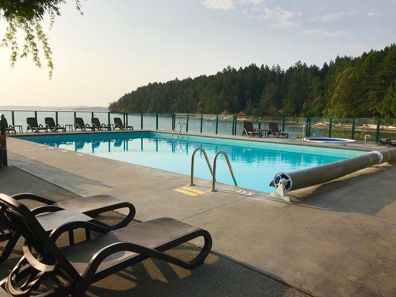 Los días de descanso se pueden pasar descansando junto a la piscina climatizada y el jacuzzi.