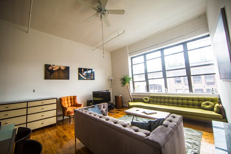 Sunny Penthouse by Waterfront Park and Subway!!, holiday rental in Brooklyn