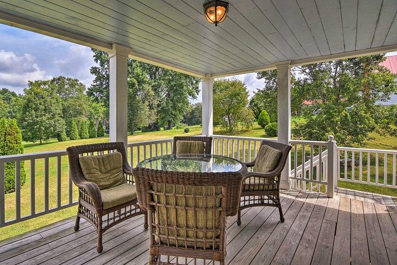 Con un porche trasero amueblado y camas para 6 personas, esta casa histórica es de 5 estrellas.