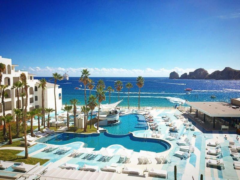 Ce complexe est situé sur la seule plage baignable de Los Cabos, surplombant le célèbre El Arco.