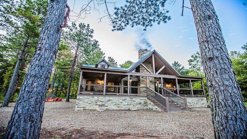 Choctaw Wind - 3 Master Bedrooms, Game Room, Sleeps 10, Hot Tub, Pet Friendly, vacation rental in Broken Bow