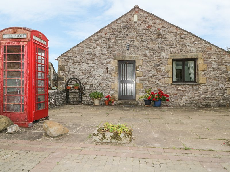 POND END COTTAGE, characterful cottage, ground floor, rural location, near, holiday rental in Bolton