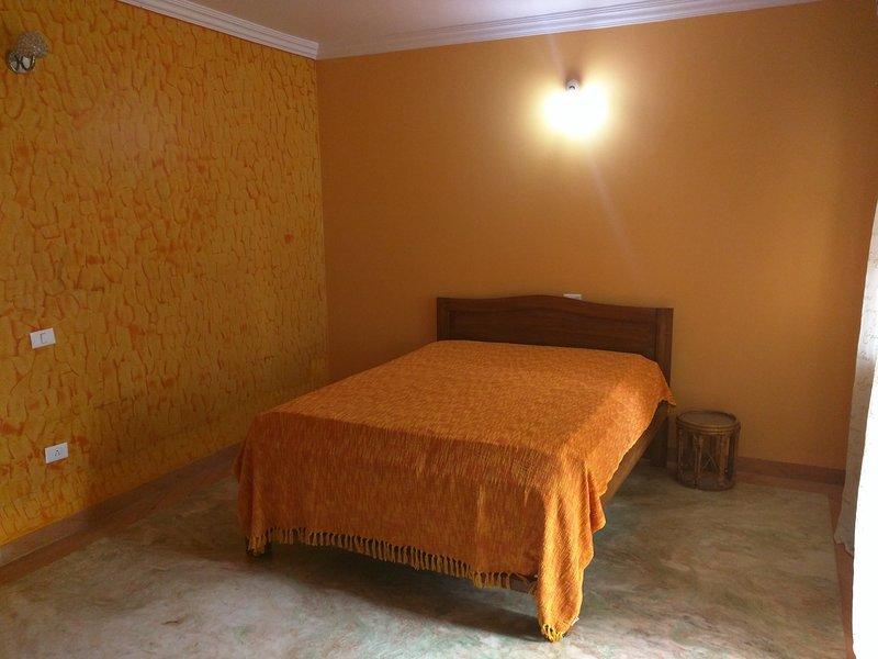 Dormitorio principal en suite con balcón