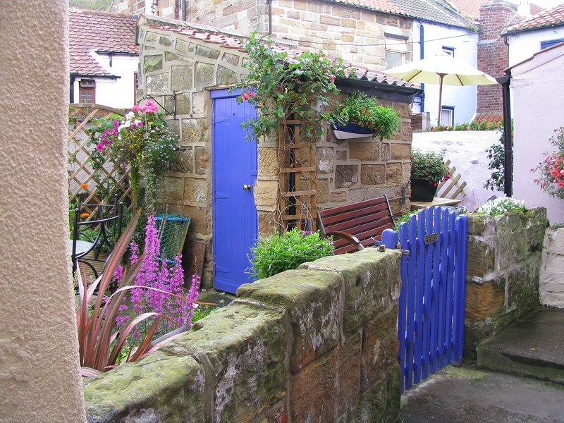 Jardin privé clos et clos avec mobilier d'extérieur et extérieur