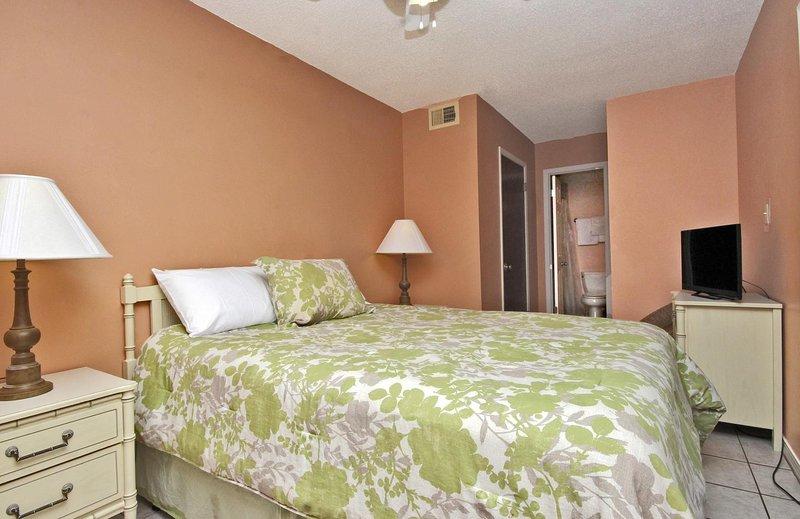 Habitación con una cama Queen