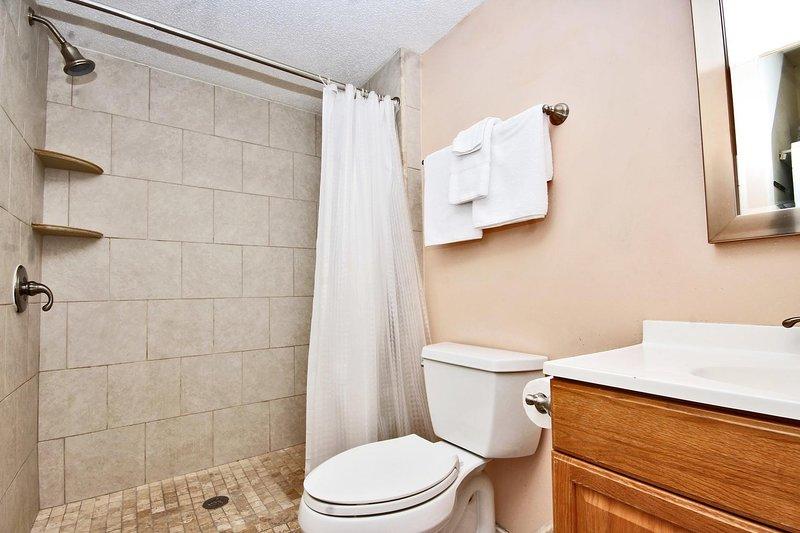 Cuarto de baño con una ducha de pie
