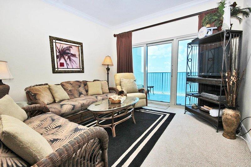 Salon avec vue sur le golfe et accès au balcon