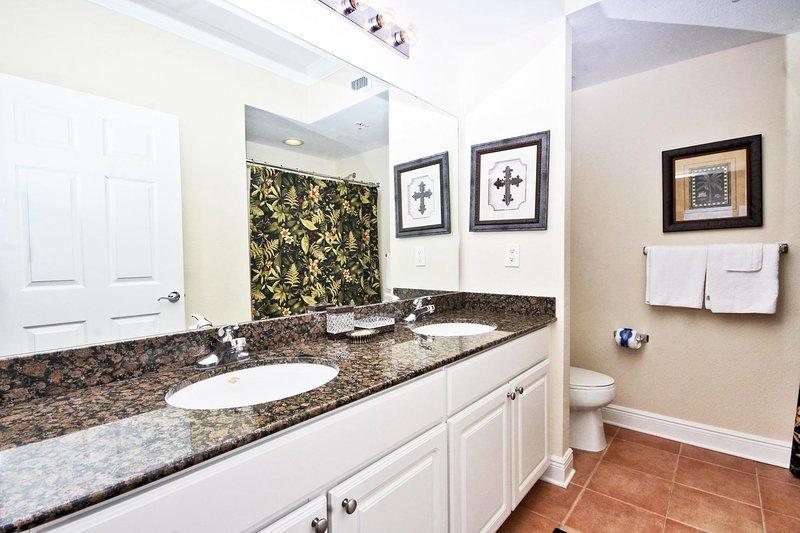 Salle de bain privée avec comptoirs en granit