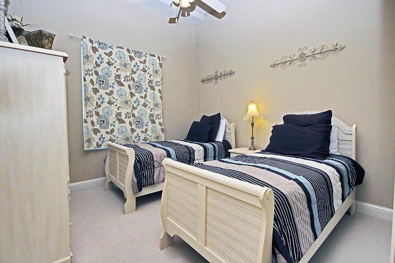 Guest Bedroom - 2 Twin Beds