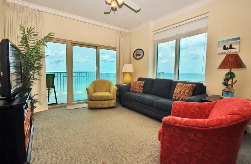 Sala de estar en esquina con vistas al golfo