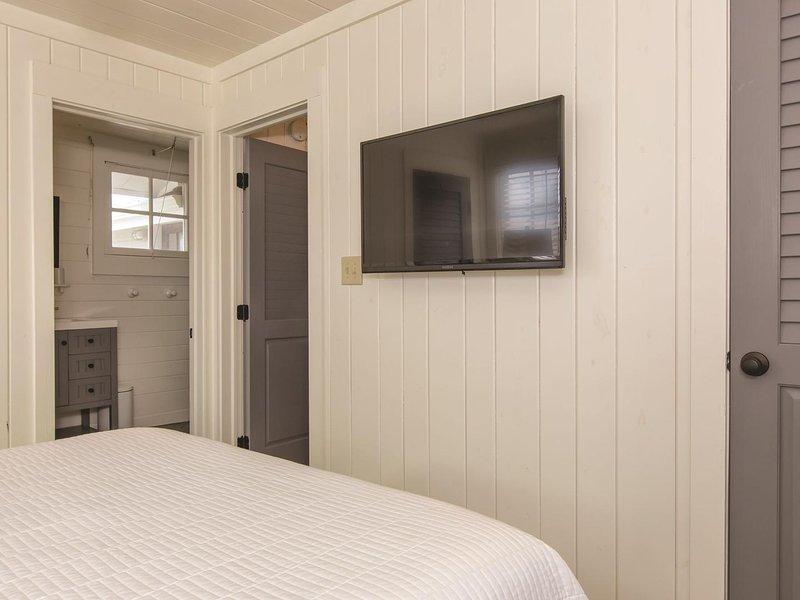 Televisore a parete nella camera matrimoniale