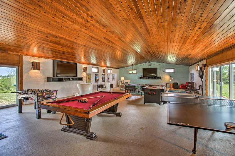 70's Themed Traverse City Home w/Hot Tub!, vacation rental in Grawn