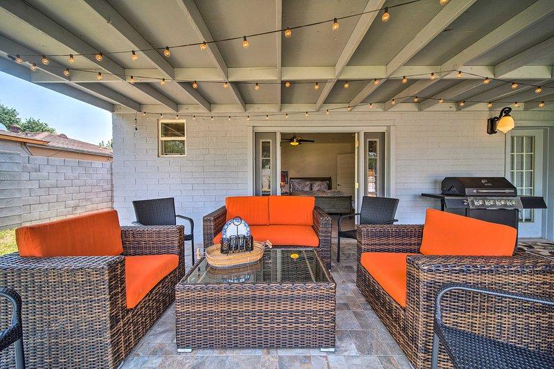 Questa casa con 4 letti, 3 bagni, dispone di un ampio ed elegante patio per 8 persone!