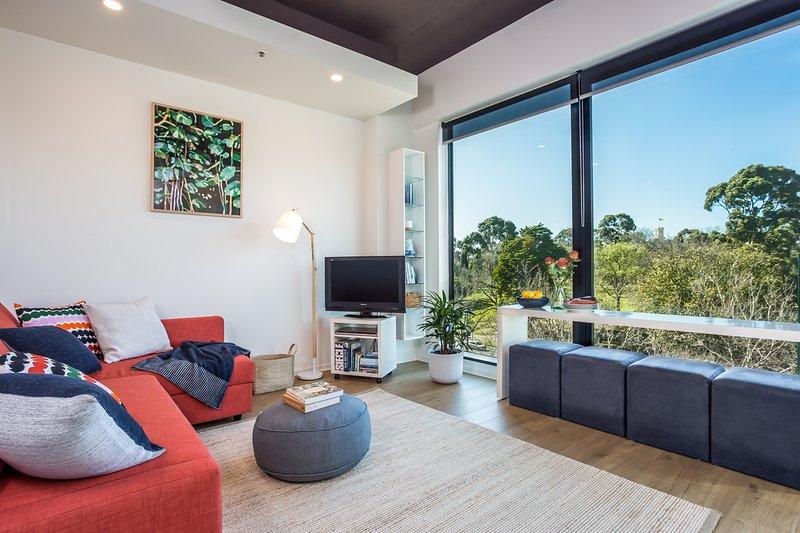 La sala de estar es espaciosa y cómoda. Disfruta de la vista mientras te relajas en el sofá.