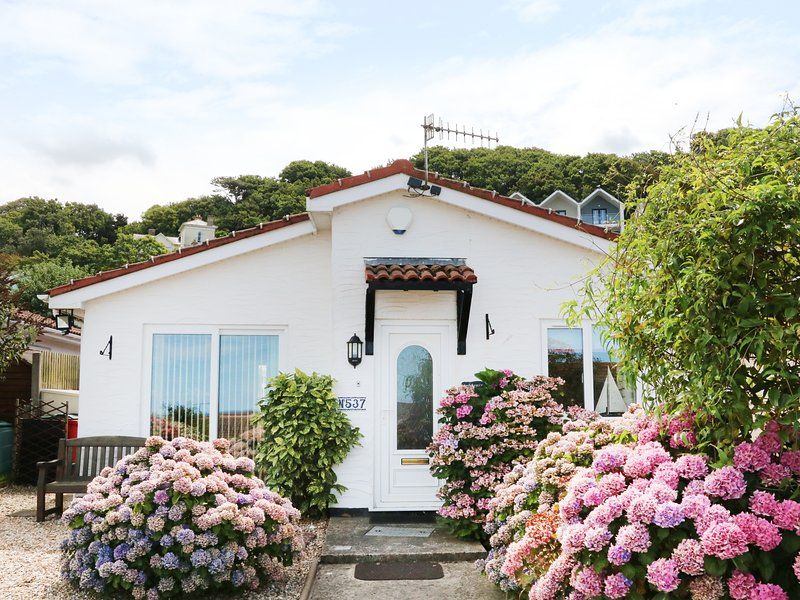 PHOENIX COTTAGE, detached bungalow, conversatory, enclosed courtyard, sea, casa vacanza a Holy Island