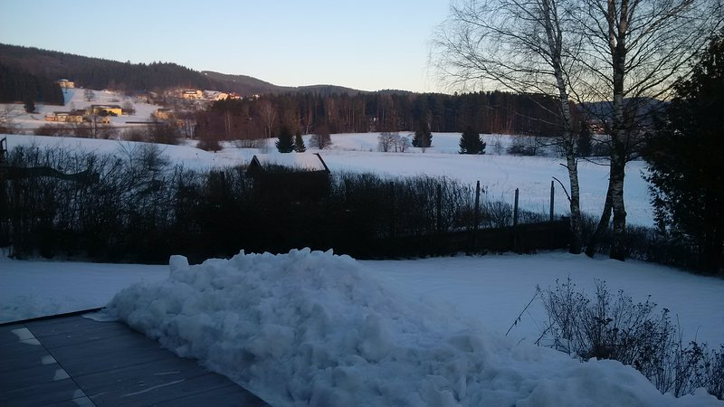 Uitzicht op het skigebied Hochficht vanaf het terras in de winter