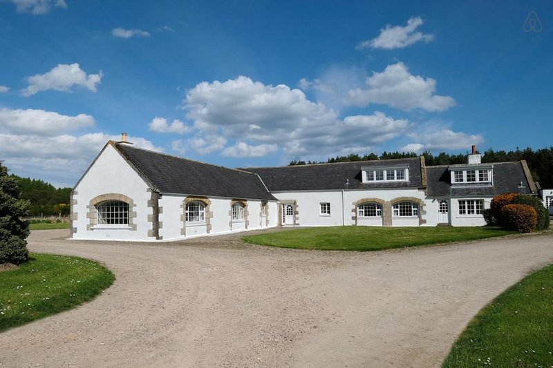 Comfortable Steading, sleeps 8. Stunning setting, vacation rental in Dufftown
