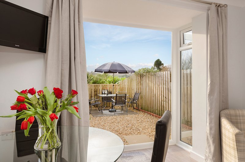 Bright and sunny holiday apartment in the riverside village of Newton Ferrers, holiday rental in Newton Ferrers