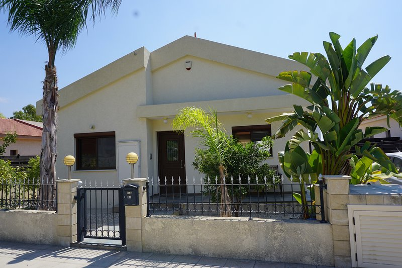 Luxury villa near Limassol with private pool, holiday rental in Finikaria