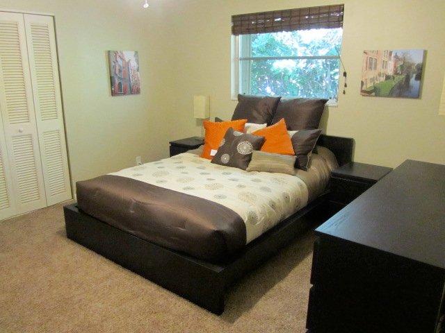 Deuxième chambre avec un lit Queen.