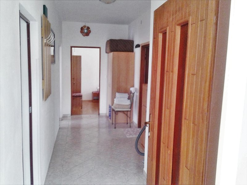 Spacious apartment near the beach, location de vacances à Palit
