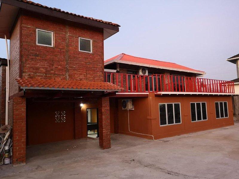 Kenyalang Urban Lodge (Deluxe Room 2), holiday rental in Kota Samarahan