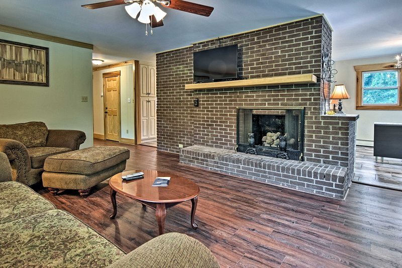 This vacation rental boasts 3 bedrooms, 2 bathrooms and accomodations for 6.