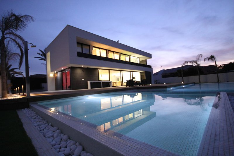 Villa de lujo con piscina y jardín., holiday rental in La Manga del Mar Menor