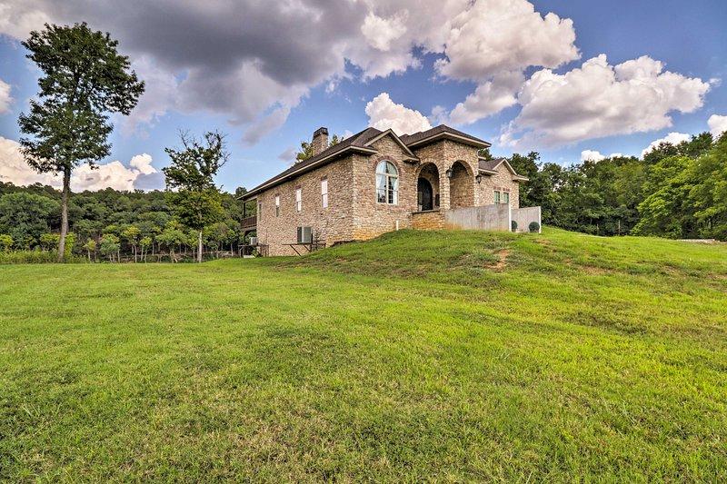 Injetar algum luxo em sua próxima escapadela Mountain Home nesta bela casa!