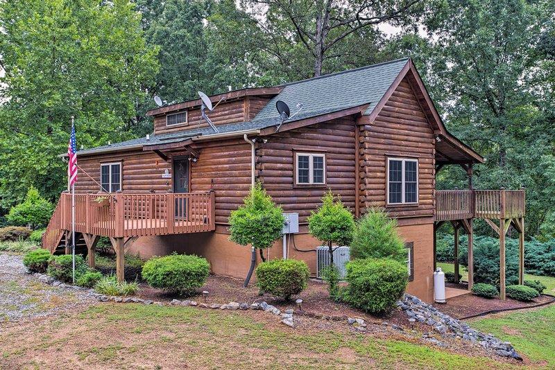 Cabin on 3 Acres w/Deck & Fire Pit - 5mi to TIEC!, alquiler de vacaciones en Bostic