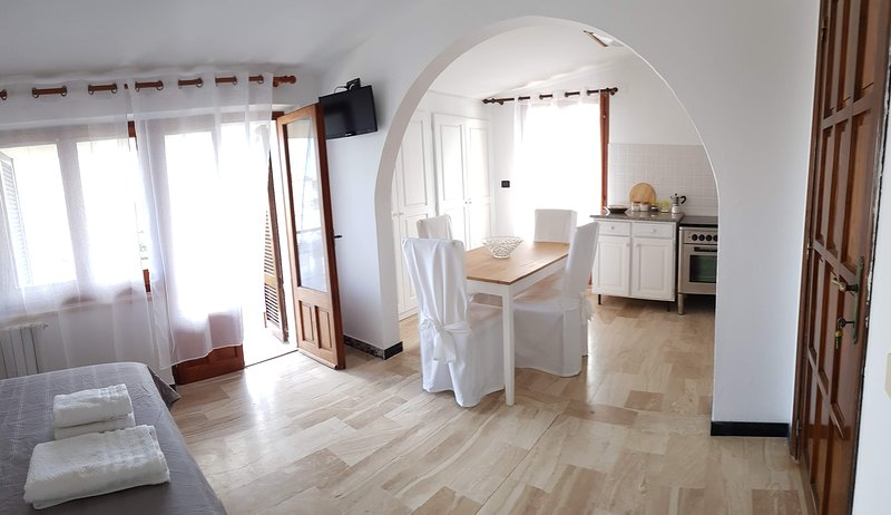Flat with kitchen balcony and sea view. 300m by the beach, holiday rental in Baunei