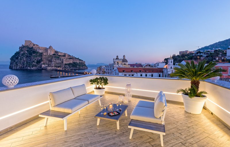 Equipped terrace with views of the Aragonese Castle