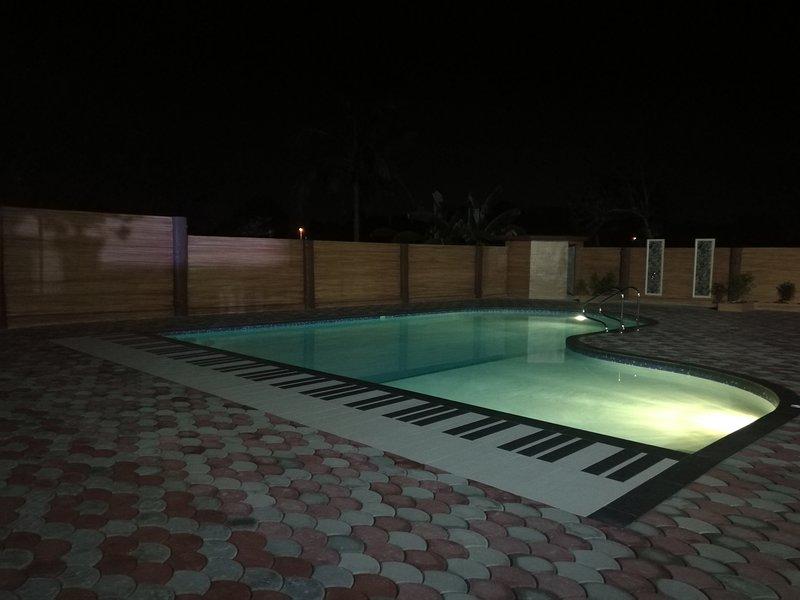 La piscine la nuit pour une baignade romantique!