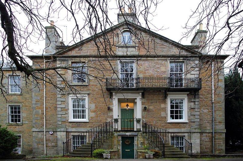 Lovely apartment set in a beautiful park within easy reach of the city centre, alquiler de vacaciones en Edimburgo