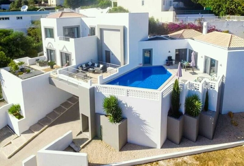 Superbe vue aérienne des chambres et des trois terrasses.