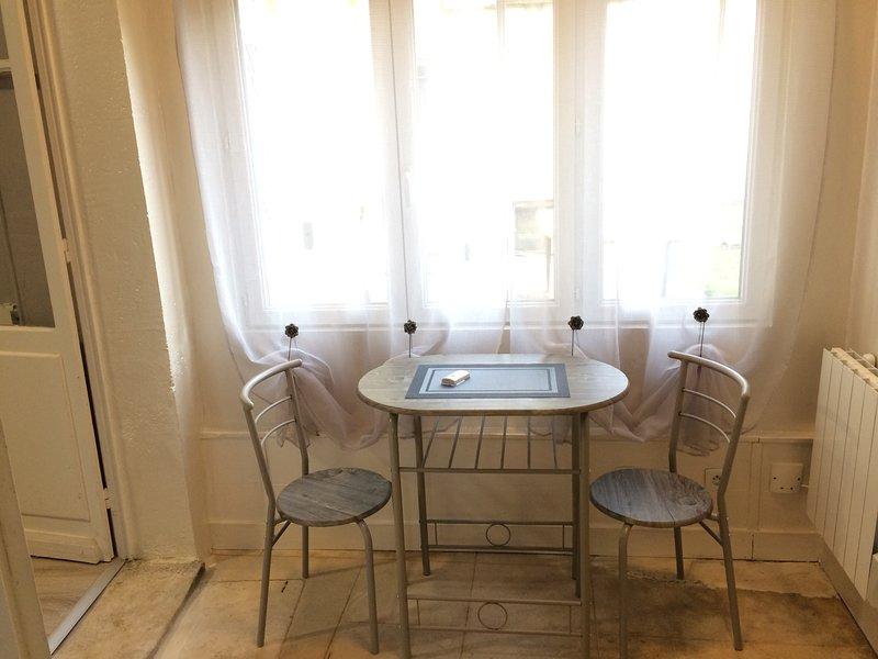 STUDIO avec TV et WIFI près de la gare et des commerces, holiday rental in Saint-Martin-de-Fressengeas