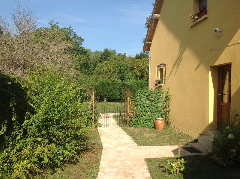 Chambre d hotes de charme dans la Nievre, vacation rental in Sainte-Colombe-sur-Loing