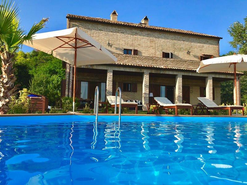 Luxury Secluded Villa with Heated pool and Spectacular Views, aluguéis de temporada em Patrignone