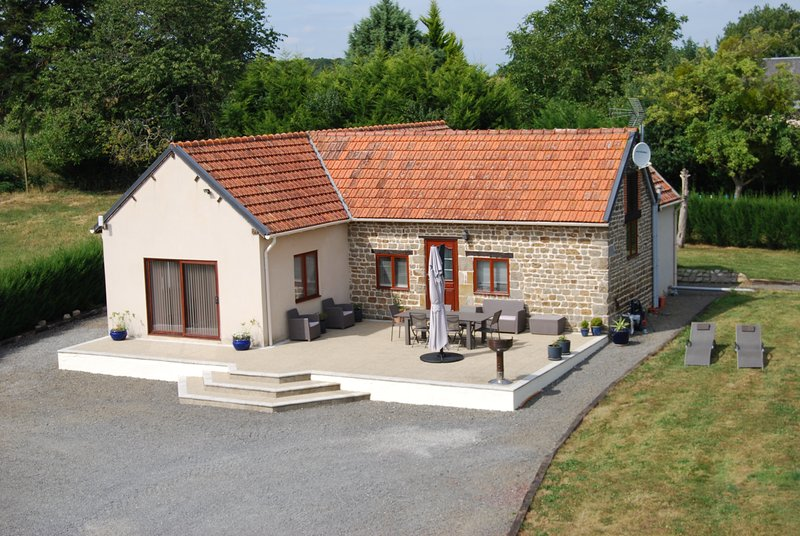 2 bed 2 bath open plan Bungalow with large terrace & heated outdoor pool – semesterbostad i Saint-Hilaire-du-Harcouet
