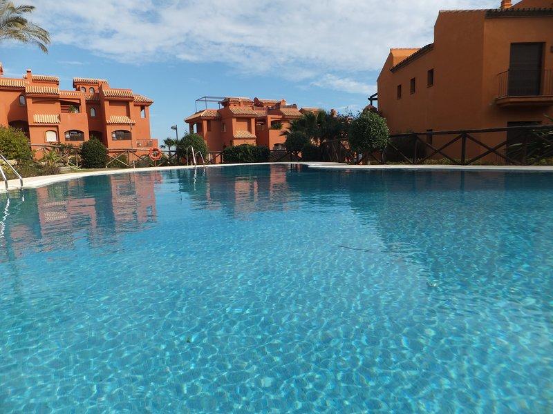 Espacioso apartamento con gran terraza, vista al mar, a/c, WiFi, piscina, jardin, location de vacances à Estepona